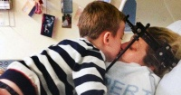 Llevaba 16 días en coma tras un grave accidente hasta que su hijo autista hizo lo inesperado