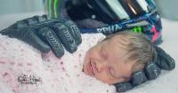 Entre los guantes de su padre muerto, esta bebé sonrió