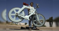 Esta es la bicicleta del futuro y fue hecha solo con cartones