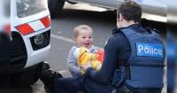 Un policía consuela a este pequeño bebé después de que su mamá embarazada fuera atropellada