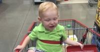 Parece la simple foto de un niño en un carro de supermercado pero esconde una extraña coincidencia