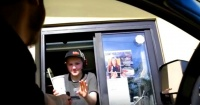 La furiosa reacción de una trabajadora de McDonald's tras desagradable broma de un cliente