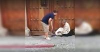 Un mendigo pedía dinero en la calle hasta que un turista hizo lo impensado