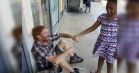 Le preguntó a este hombre por qué lloraba sentado en el piso y su respuesta te partirá el corazón
