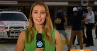 La peor reportera: la noticia ocurre a sus espaldas y ella ni se entera