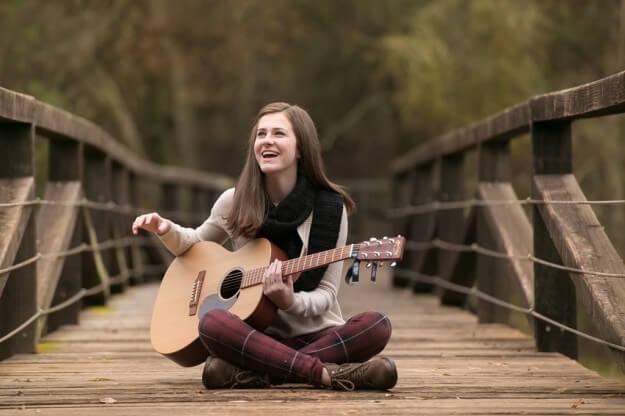 Gina tocando guitarra