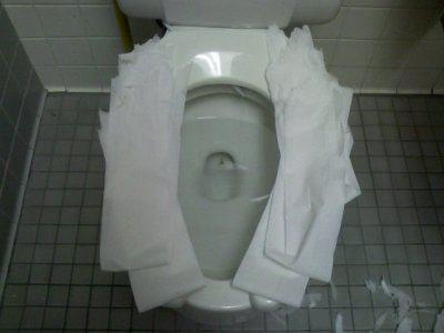 Inodoro con papeles higiénicos