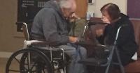 La desgarradora imagen de una pareja de ancianos que debe separarse luego de 62 años juntos