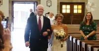 Esta mujer va al altar con un hombre que no es su padre pero que tiene su corazón