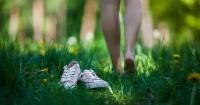 Caminar descalzos trae grandes beneficios para la salud y tú no lo sabías