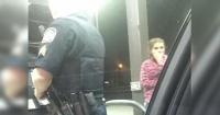 Se quedaron sin combustible ni dinero y este policía reaccionó como muy pocos lo harían
