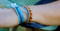 El asqueroso secreto que esconden las pulseras de festivales y fiestas