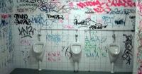 Marcó el número escrito en la pared de un baño público y su vida cambió radicalmente