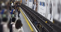 Salta a las vías de metro para salvar a un hombre que iba a ser atropellado por el tren