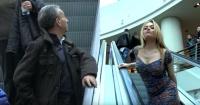 ¿Cómo reaccionarías si una guapa mujer te toca la mano en una escalera mecánica?