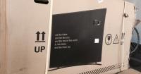 Parece una simple caja de cartón para guardar un televisor pero dentro hay otra cosa