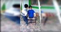 Tiene 6 años y ayuda todos los días a su amigo con parálisis cerebral