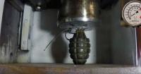 Esto ocurre cuando una prensa hidráulica aplasta una granada de mano
