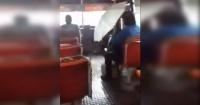 ¡Increíble! En este autobús llueve más adentro que afuera
