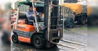 Se llevaban fatal: hombre atravesó a su compañero de trabajo con las horquillas de un montacargas
