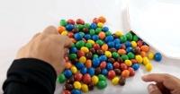 ¿Qué pasa si mezclas agua con caramelos de chocolate M&M's?