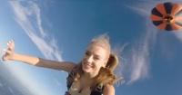 """Joven rusa realiza el salto """"más sexy"""" en paracaídas que has visto hasta ahora"""