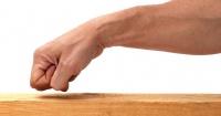 """¿Por qué creemos que """"tocar madera"""" nos traerá buena suerte? Este es el real motivo"""