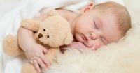 Deberías dormir con tu bebé en la misma habitación por una cuestión de vida o muerte