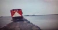 Maestro del volante: Camionero se salva de caer al agua con estas increíbles maniobras