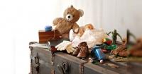 Estaba ordenando el baúl de juguetes de su hijo y encontró algo que cambió su vida para siempre