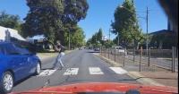 Mujer se salva de milagro de ser atropellada mientras cruza la calle