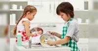 ¿Qué tareas del hogar deben hacer tus hijos según su edad? La tabla Montessori tiene la respuesta