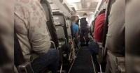 Mujer muere en pleno vuelo y la tripulación del avión dejó su cuerpo en medio del pasillo
