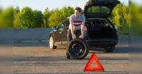 Con este truco puedes cambiar la rueda de tu auto sin una gata y en menos de 5 minutos