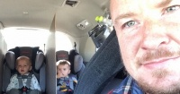 La eficaz solución de un padre para evitar peleas entre sus trillizos