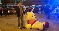 Esperaba a su amada con un peluche gigante pero la historia tuvo final que nunca imaginó