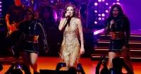 Thalía se lanzó al público y sus fans casi la desnudaron en pleno concierto