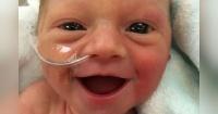 La tierna sonrisa de esta bebé prematura que emociona a todos en la web