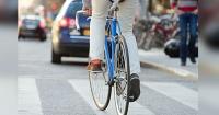 Este ciclista tuvo una brillante idea para evitar atropellos y es tan simple que no lo podrás creer
