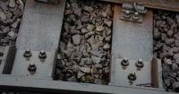 ¿Para qué sirven las piedras debajo de la vía férrea?