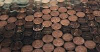 Pegó en el piso 15 mil monedas de 1 centavo y el resultado es una verdadera obra de arte