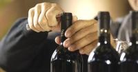 ¿Necesitas abrir una botella de vino y no tienes sacacorchos? Con este truco la abrirás en 1 minuto