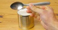 Así es como puedes abrir una lata con tan solo una cuchara y en menos de 1 minuto