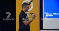 Futbolista vive bochornoso momento al revelar por error sitio porno durante conferencia