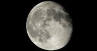 Miraba con su telescopio la Superluna hasta que vio algo muy extraño en el cielo