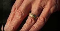 Perdió su anillo de bodas y lo encontró 15 años después de una forma que nunca imaginó