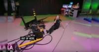 Presentadora de noticias sufre aparatosa caída en vivo