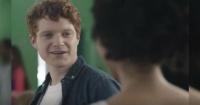 Parece una historia de amor, pero este anuncio esconde una cruda realidad que nadie nota a primera vista