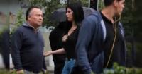Sexy chica salió a pedirle dinero a los hombres a la calle y este fue el inusual resultado