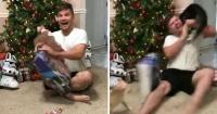 Joven es atacado por su gato tras emocionarse por el regalo que recibió para Navidad